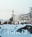 千余小学生抄近路翻垃圾堆上学 冬季似翻雪山